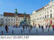 Туристы у памятника кайзеру Францу I, Вена, Австрия (2018 год). Редакционное фото, фотограф Ольга Коцюба / Фотобанк Лори