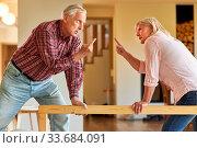 Senioren Paar steht sich bei einem Streit mit erhobenem Zeigefinger gegenüber. Стоковое фото, фотограф Zoonar.com/Robert Kneschke / age Fotostock / Фотобанк Лори