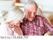 Glückliches Rentner Paar sitzt entspannt im Wohnzimmer. Стоковое фото, фотограф Zoonar.com/Robert Kneschke / age Fotostock / Фотобанк Лори