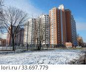 Купить «Семнадцатиэтажный четырёхподъездный панельный жилой дом серии П-44Т, построен в 2012 году. Амурская улица, 56. Район Гольяново. Город Москва», эксклюзивное фото № 33697779, снято 17 марта 2020 г. (c) lana1501 / Фотобанк Лори