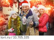 Man and teenage daughter choosing Christmas toys. Стоковое фото, фотограф Яков Филимонов / Фотобанк Лори
