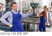 Купить «Craftsman working on glass drilling machine», фото № 33705367, снято 10 сентября 2018 г. (c) Яков Филимонов / Фотобанк Лори