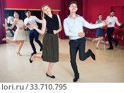 Positive people dancing twist in pairs. Стоковое фото, фотограф Яков Филимонов / Фотобанк Лори
