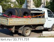 Кузов, полный новых шин для грузовиков (2019 год). Редакционное фото, фотограф Вячеслав Палес / Фотобанк Лори