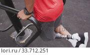 Side view man with prosthetic leg exercising. Стоковое видео, агентство Wavebreak Media / Фотобанк Лори