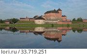 Купить «Вид на старинную крепость города Хамеенлинна июльским утром. Финляндия», видеоролик № 33719251, снято 24 июля 2018 г. (c) Виктор Карасев / Фотобанк Лори