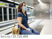 Female in disposable mask on subway platform. Стоковое фото, фотограф Яков Филимонов / Фотобанк Лори