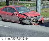 Купить «Разбитый автомобиль после ДТП (дорожно-транспортное происшествие) на дороге», фото № 33724619, снято 10 мая 2020 г. (c) Grigory / Фотобанк Лори