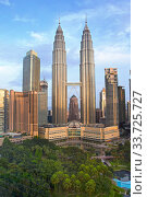 KUALA LUMPUR, MALAYSIA- OCTOBER 13, 2016:  view of the park and a tower Petronas in the downtown. Редакционное фото, фотограф Вознесенская Ольга / Фотобанк Лори