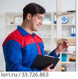 Купить «Man working in the postal warehouse», фото № 33726863, снято 23 марта 2017 г. (c) Elnur / Фотобанк Лори