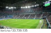 Панорама футбольного стадиона во время матча, размыто. Стоковое видео, видеограф Кекяляйнен Андрей / Фотобанк Лори