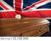 rose flower on wooden coffin over flag of england. Стоковое фото, фотограф Syda Productions / Фотобанк Лори