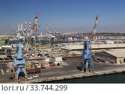 Купить «Four-link cargo loading cranes on dock with parked motor vehicles ready for shipping plus container loading cranes in background, Ashdod Port, Israel.», фото № 33744299, снято 4 октября 2019 г. (c) age Fotostock / Фотобанк Лори