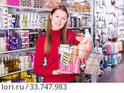 customer is standing with purchases for hair. Стоковое фото, фотограф Яков Филимонов / Фотобанк Лори