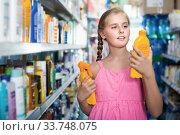 Купить «Schoolgirl looking spray and lotion of sun protection», фото № 33748075, снято 5 августа 2017 г. (c) Яков Филимонов / Фотобанк Лори