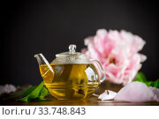 Купить «summer flower tea from rose petals in a glass teapot», фото № 33748843, снято 14 мая 2020 г. (c) Peredniankina / Фотобанк Лори