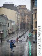 Купить «Москва, молодя девушка на улице Кузнецкий мост в дни пандемии коронавируса COVID-19», эксклюзивное фото № 33748991, снято 8 мая 2020 г. (c) Дмитрий Неумоин / Фотобанк Лори
