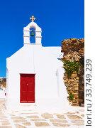Купить «Old street with ancient greek church in Mykonos», фото № 33749239, снято 22 апреля 2018 г. (c) Роман Сигаев / Фотобанк Лори