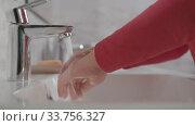 Купить «Child washing hands in the bathroom», видеоролик № 33756327, снято 25 мая 2020 г. (c) Данил Руденко / Фотобанк Лори