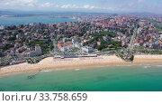 Aerial view of coast at Santander cityscape with a modern apartment buildings, Cantabria, Spain (2019 год). Стоковое видео, видеограф Яков Филимонов / Фотобанк Лори