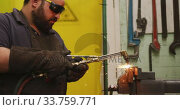 Купить «Caucasian male factory worker at a factory standing in a workbench and welding», видеоролик № 33759771, снято 23 ноября 2019 г. (c) Wavebreak Media / Фотобанк Лори