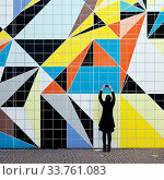 Купить «Frau fotografiert das Wandbild», фото № 33761083, снято 5 июня 2020 г. (c) age Fotostock / Фотобанк Лори