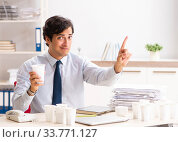 Young employee addicted to coffee. Стоковое фото, фотограф Elnur / Фотобанк Лори