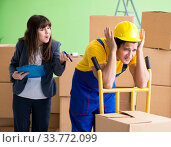Купить «Woman boss and man contractor working with boxes delivery», фото № 33772099, снято 4 июня 2018 г. (c) Elnur / Фотобанк Лори