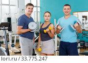 Купить «Girl and men posing in sport club», фото № 33775247, снято 5 ноября 2018 г. (c) Яков Филимонов / Фотобанк Лори