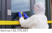 healthcare worker sticking biohazard sign to door. Стоковое видео, видеограф Syda Productions / Фотобанк Лори