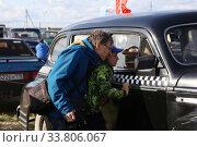 Зрители на автомобильной  ретро выставке рассматривают автомобили (2019 год). Редакционное фото, фотограф Цветкова Елена / Фотобанк Лори