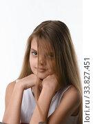 Красивая девочка с длинными русыми волосами закрывающими часть лица. Стоковое фото, фотограф Иванов Алексей / Фотобанк Лори