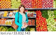 Купить «Junge Frau als Kundin nutzt Smartphone mit Barcode Scanner App beim einkaufen», фото № 33832143, снято 5 июня 2020 г. (c) age Fotostock / Фотобанк Лори