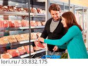 Junges Paar beim Fleisch Kauf scannt das Etikett einer Verpackung im Supermarkt. Стоковое фото, фотограф Zoonar.com/Robert Kneschke / age Fotostock / Фотобанк Лори