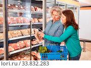 Купить «Frau scannt Barcode von Fleisch mit Smartphone App im Supermarkt», фото № 33832283, снято 5 июня 2020 г. (c) age Fotostock / Фотобанк Лори