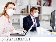 Director and secretary in protective masks work in the office. Стоковое фото, фотограф Яков Филимонов / Фотобанк Лори