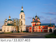 Two churches and a bell tower in the Epiphany monastery in Uglich, Yaroslavl region, the Golden Ring of Russia (2019 год). Стоковое фото, фотограф Юлия Бабкина / Фотобанк Лори