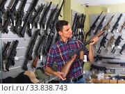 Man is choosing air-powered gun. Стоковое фото, фотограф Яков Филимонов / Фотобанк Лори