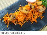 Купить «Slate with fried mushrooms with carrot», фото № 33838819, снято 14 июля 2020 г. (c) Яков Филимонов / Фотобанк Лори