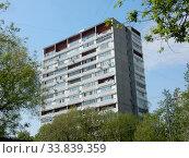 Купить «Шестнадцатиэтажный одноподъездный блочный жилой дом серии II-68-01, построен в 1978 году. Новосибирская улица, 5, корпус 1. Район Гольяново. Москва», эксклюзивное фото № 33839359, снято 12 мая 2020 г. (c) lana1501 / Фотобанк Лори