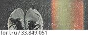 Купить «Старые беговые кроссовки на асфальте», фото № 33849051, снято 19 мая 2020 г. (c) Сергей Тиняков / Фотобанк Лори