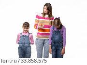 Купить «Мама ругает детей, одна девочка улыбается другая стоит поникшей», фото № 33858575, снято 15 мая 2020 г. (c) Иванов Алексей / Фотобанк Лори