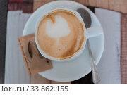 Frisch servierter Kaffee im Kaffeehaus - Melange in Vogelperspektive. Стоковое фото, фотограф Zoonar.com/Alfred Hofer / easy Fotostock / Фотобанк Лори