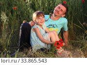 Купить «Отец с дочерью в поле с букетом маков», фото № 33865543, снято 27 мая 2020 г. (c) Марина Володько / Фотобанк Лори