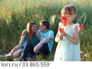 Купить «Семья в поле с маками», фото № 33865559, снято 27 мая 2020 г. (c) Марина Володько / Фотобанк Лори