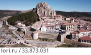 Aerial view of tiled housetops and castle in medieval Morella, Spain (2019 год). Стоковое видео, видеограф Яков Филимонов / Фотобанк Лори