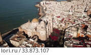 Купить «Aerial view of old town Cadiz with port and buildings at seashore, Spain», видеоролик № 33873107, снято 19 апреля 2019 г. (c) Яков Филимонов / Фотобанк Лори