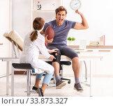 Купить «Handsome american footbal player visiting female doctor traumato», фото № 33873327, снято 24 августа 2018 г. (c) Elnur / Фотобанк Лори