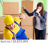 Купить «Woman boss and man contractor working with boxes delivery», фото № 33873991, снято 4 июня 2018 г. (c) Elnur / Фотобанк Лори