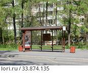 Купить «Автобусная остановка «Аптека». Байкальская улица. Район Гольяново. Город Москва», эксклюзивное фото № 33874135, снято 7 мая 2020 г. (c) lana1501 / Фотобанк Лори
